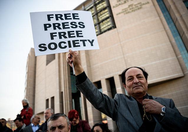 El cartel: Prensa Libre Sociedad Libre