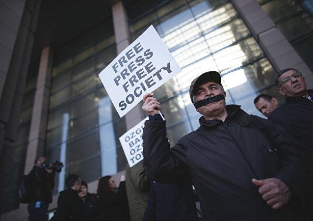 Los periodistas turcos tapan sus bocas con cintas negras