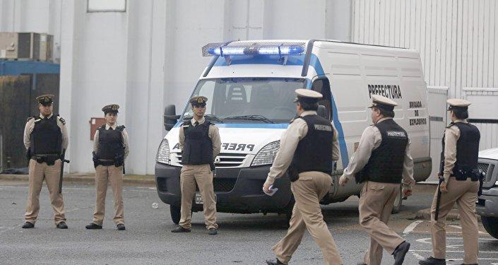 Oficiales de la Prefectura Naval pasan junto a una zona donde 5 personas murieron durante una fiesta de música electrónica
