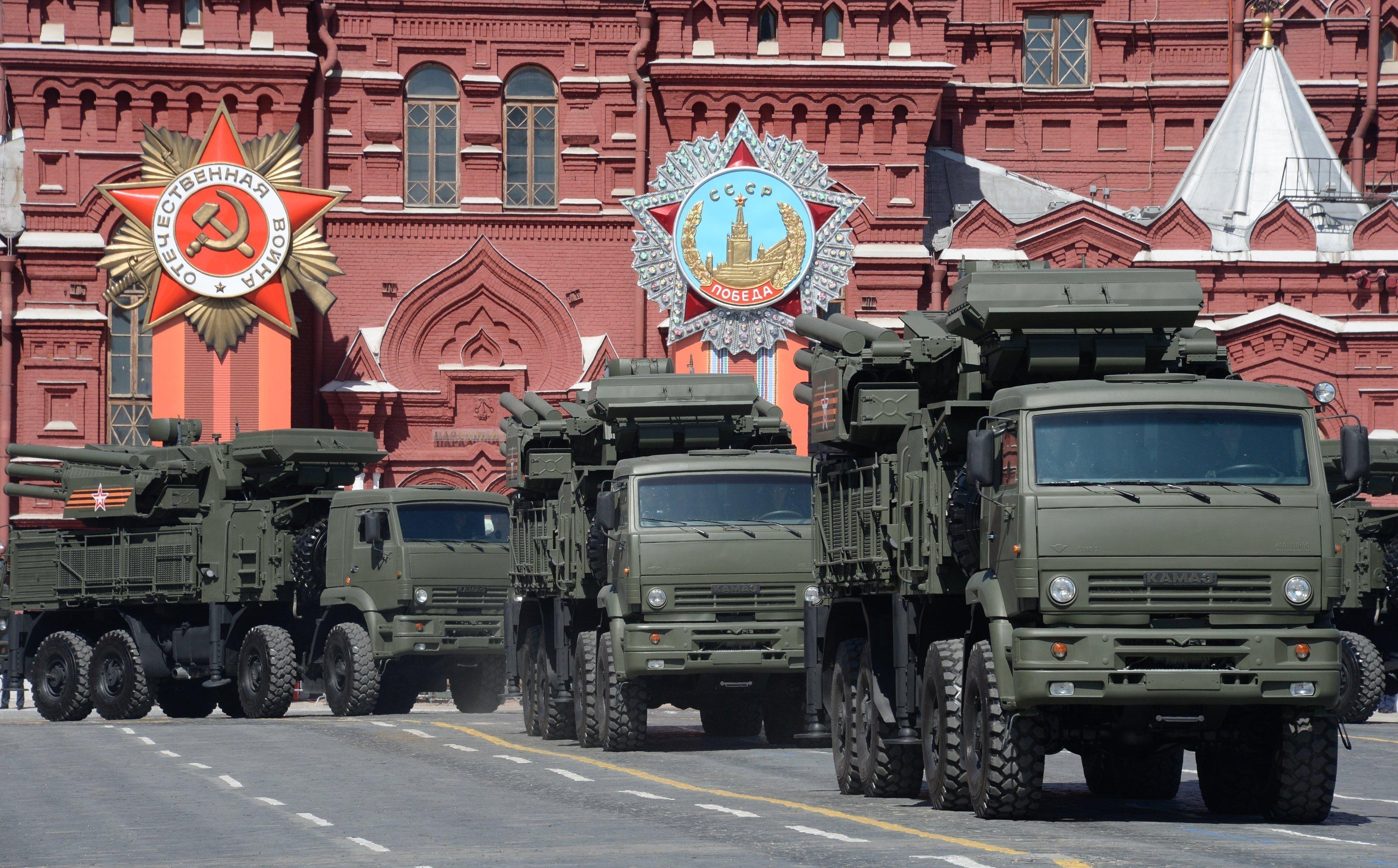 Complejos antiaéreos Pantsir-S recorren la Plaza Roja durante el Desfile de la Victoria