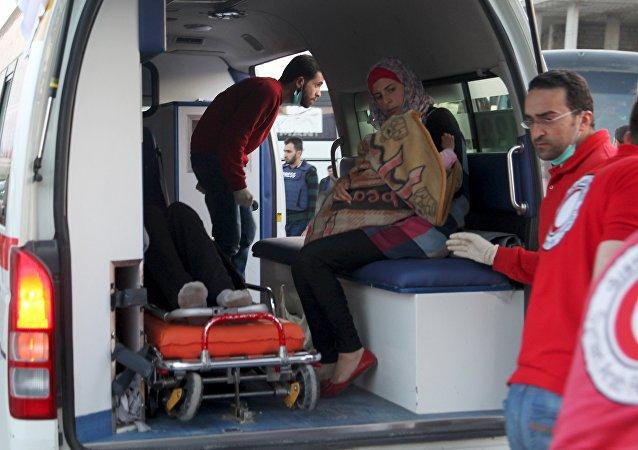 Evacuan a más de 500 sirios heridos de las localidades bloqueadas