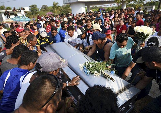 Sube a 27 balance de muertos por explosión en planta petroquímica en México
