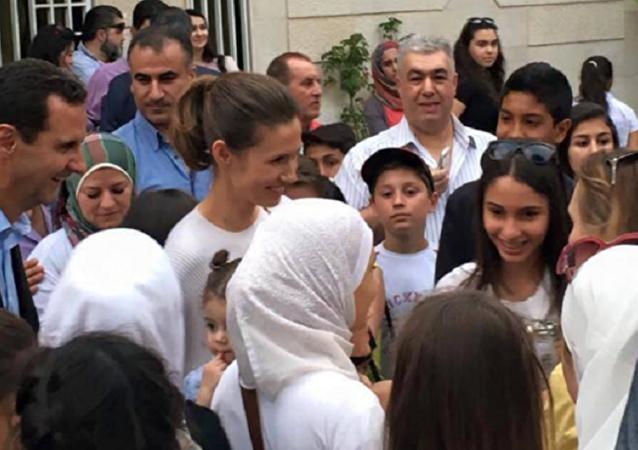 Bashar Asad junto con la primera dama Asma Asad durante la visita a un centro cultural en Damasco