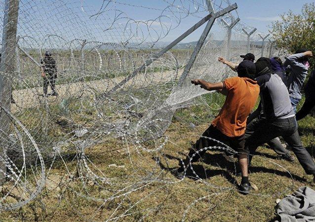 Migrantes intentan derrumbar una parte de la valla fronteriza entre Grecia y Macedonia