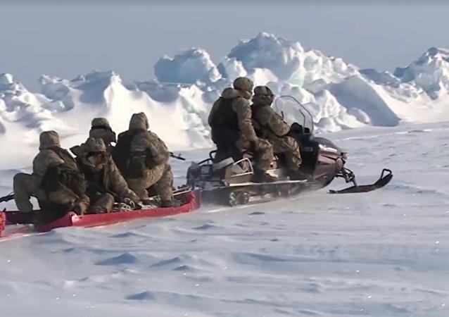 Paracaidistas rusos realizan maniobras cerca del Polo Norte