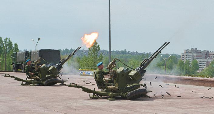 Soldados disparan el cañón automático antiaéreo ZU-23 (Archivo)