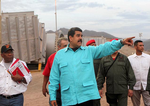 El presidente de Venezuela, Nicolás Maduro, señala mientras inspecciona la instalación de una nueva compañía petrolera en Puerto La Cruz. Abril 28, 2016.