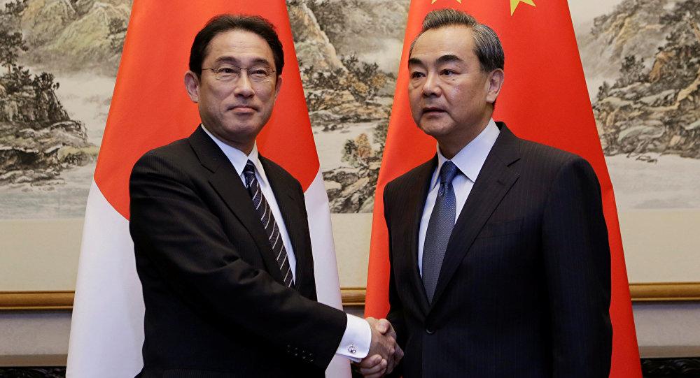 Ministro de Exteriores de Japón, Fumio Kishida, con su homólogo chino Wang Yi