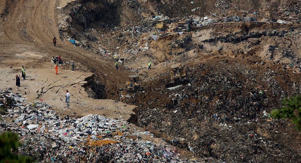 Trabajadores de rescate y maquinaria pesada trabajando en el sitio del derrumbe de basura en Ciudad de Guatemala. Abril 28, 2016.
