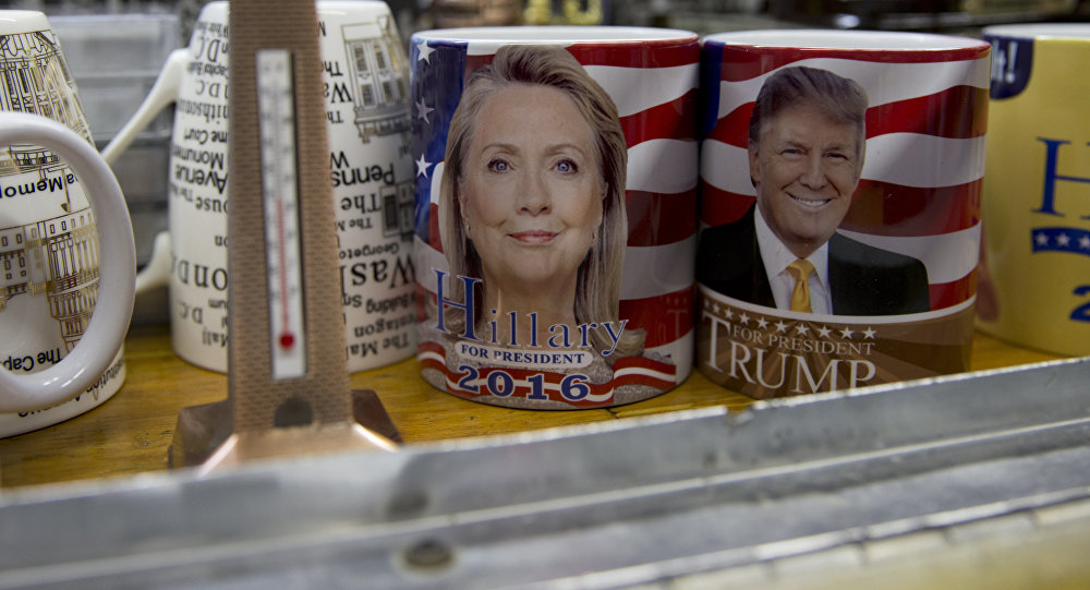 Tazas con las imágenes de Hillary Clinton y Donald Trump