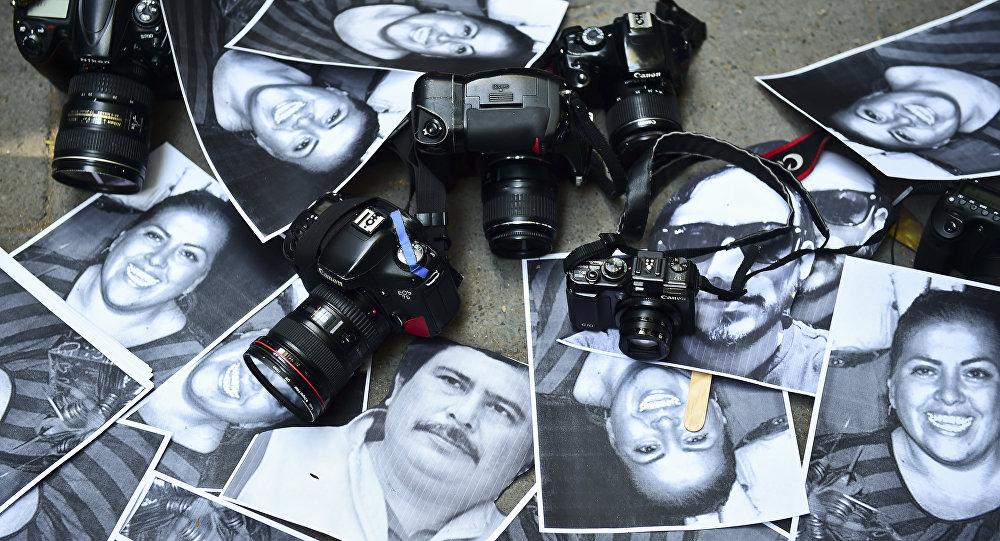 Fotos de periodistas muertos desplegadas en una protesta en la representación del Estado de Veracruz en Ciudad de México