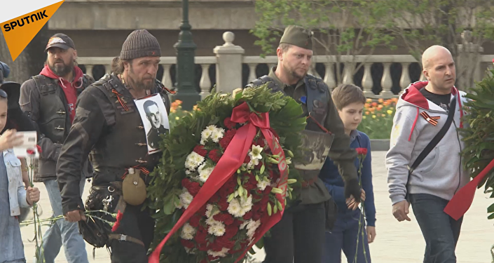 """Los """"Lobos de la noche"""" homenajean a los héroes rusos en las calles de Moscú"""