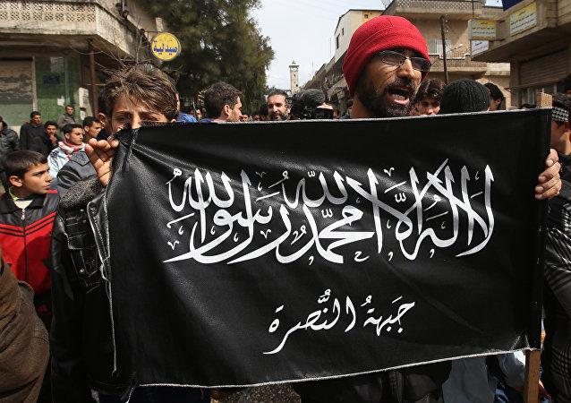 Los manifestantes agarran la bandera de Frente Al Nusra (archivo)
