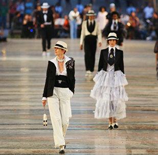 Modelos de la casa francesa Chanel presentando la nueva colección Cruise en el Paseo del Prado en La Habana