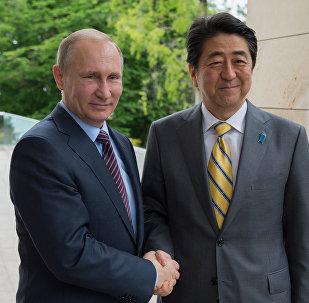El presidente de Rusia, Vladímir Putin, y el primer ministro de Japón, Shinzo Abe (archivo)