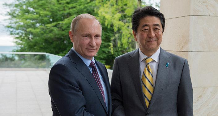 El primer ministro de Japón, Shinzo Abe, y el presidente de Rusia, Vladímir Putin (archivo)