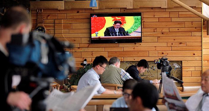 Periodistas extranjeros durante la transmisión en directo del séptimo congreso del Partido de los Trabajadores de Corea