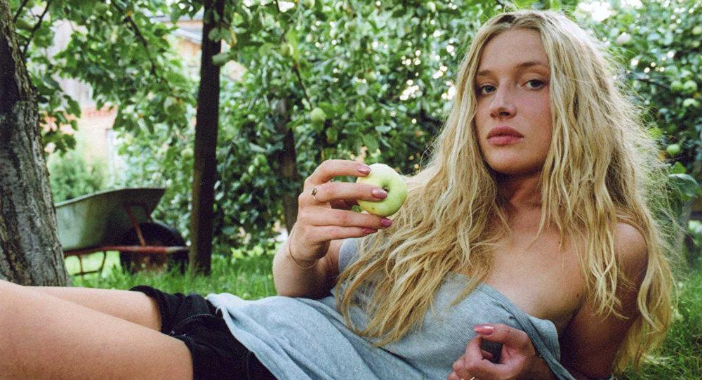 Una mujer come una manzana