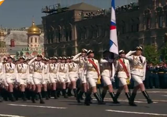 Las mujeres cadetes desfilan por la Plaza Roja