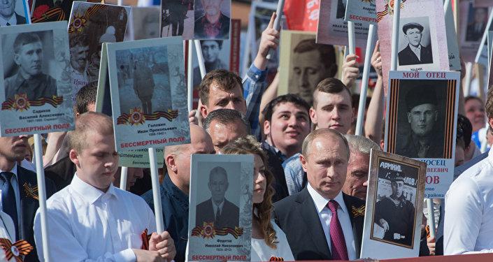Vladímir Putin participa en la marcha del Regimiento Inmortal, el 9 de mayo de 2016