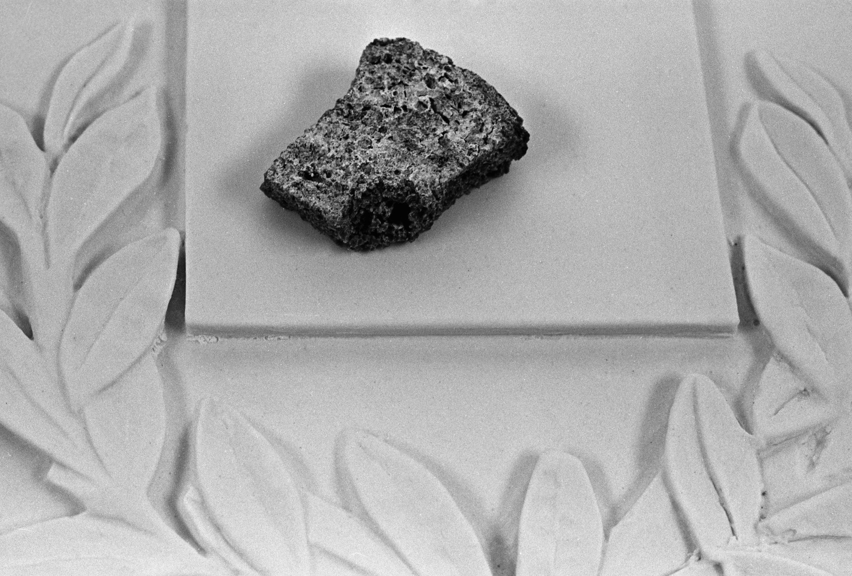 Un trocito del pan del bloqueo —que no pudo terminar de comer la pequeña Valeria Fedosik que murió el 28 de febrero de 1994 a la edad de 4 años— se expone ahora en el museo escolar de Leningrado