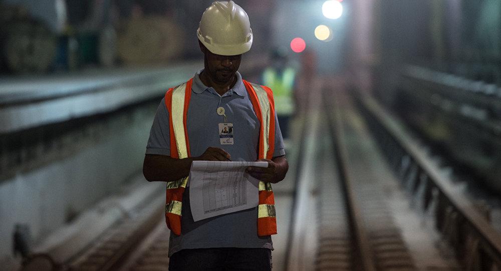 Un obrero en el metro de Río de Janeiro