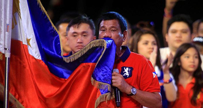 Rodrigo Duterte, nuevo presidente de Filipinas con la bandera de Filipinas