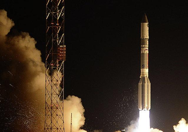 El lanzamiento del cohete Protón-M con el bloque propulsor Briz-M (archivo)