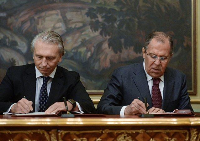 El jefe de Gazprom Neft, Alexandr Diúkov, y canciller ruso, Serguéi Lavrov, firmando un acuerdo de cooperación en la industria energética