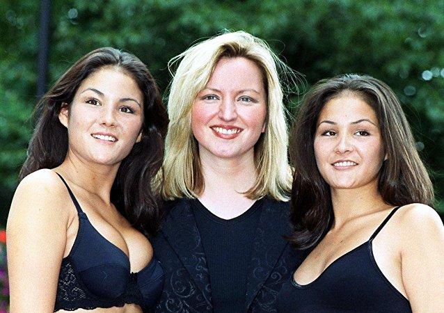 Michelle Mone (en el centro) con los modelos que llevan puesta la ropa interior de su marca Ultimo