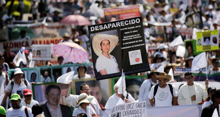 Madres y familiares con las fotos de las personas desaparecidas durante la marcha en el Día de la Madre en la Ciudad de México