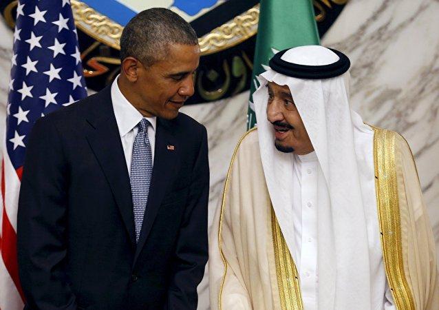 Barack Obama, presidente de EEUU, hablando con Salman bin Abdulaziz Al Saud, Rey de Arabia Saudí