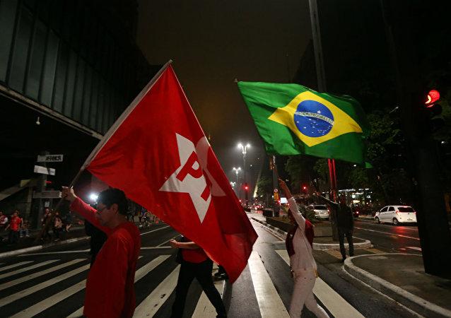 Banderas del Partido de los Trabajadores y de Brasil