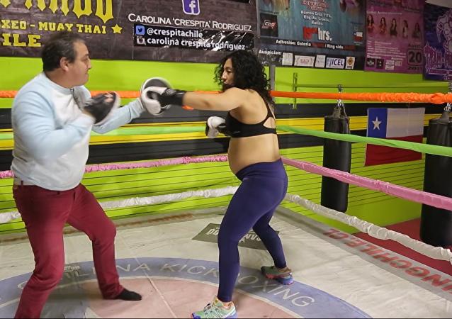 Boxeadora chilena sigue entrenándose en el último mes de su embarazo