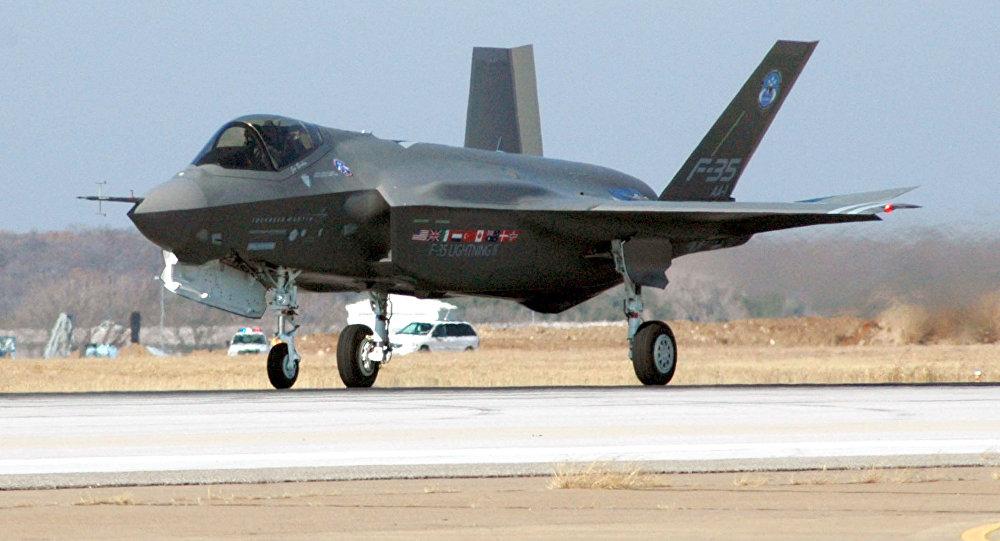 El despliegue del prototipo del F-35 en su primer vuelo en 2006