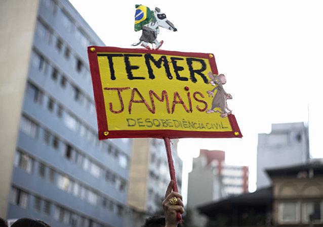 Cartel 'Temer nunca' durante la protesta en Sao Paolo, Brasil