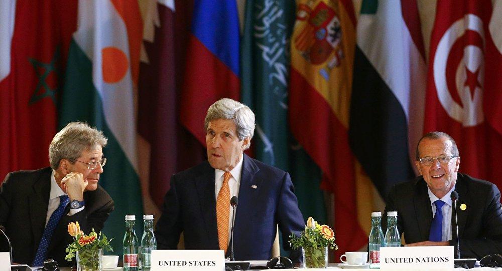 Ministro de Exteriores de Italia, Paolo Gentiloni, secretario de Estado de EEUU, John Kerry y Enviado de la ONU, Martin Kobler durante el encuentro ministerial sobre Libia
