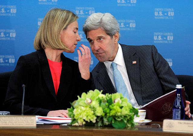 Jefa de la diplomacia europea, Federica Mogherini y secretario de Estado de EEUU, John Kerry