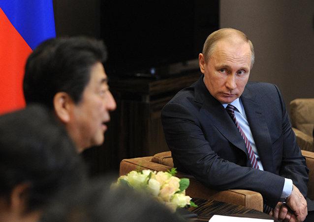 Encuentro del presidente de Rusia, Vladimir Purin, con el primer ministro de Japón, Shinzo Abe, el 6 de mayo de 2016