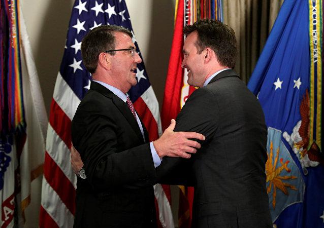 Ash Carter, secretario de Defensa de EEUU, y Eric Fanning, nuevo secretario del Ejército de EEUU