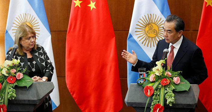 El canciller chino Wang Yi con su homóloga argentina, Susana Malcorra durante la reunión en Pekín