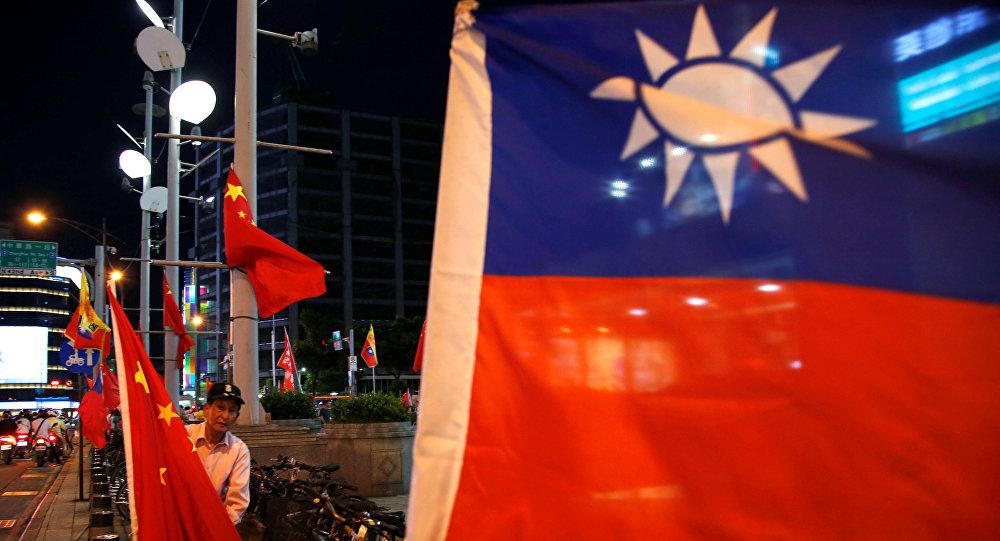 Banderas de Taiwán y China (archivo)