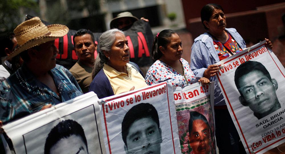 Resultado de imagen para marcha por los 43 desaparecidos de ayotzinapa
