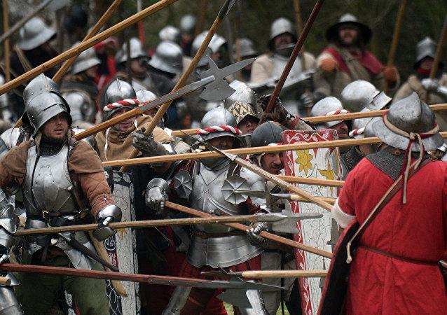 Entusiastas de la historia medieval toman parte en la recreación de una batalla. Archivo.