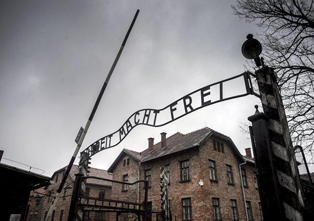Puerta central del campo de exterminio Auschwitz