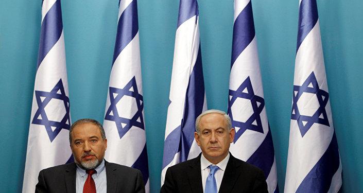 El jefe del Gobierno israelí Benjamín Netanyahu con Avigdor Lieberman