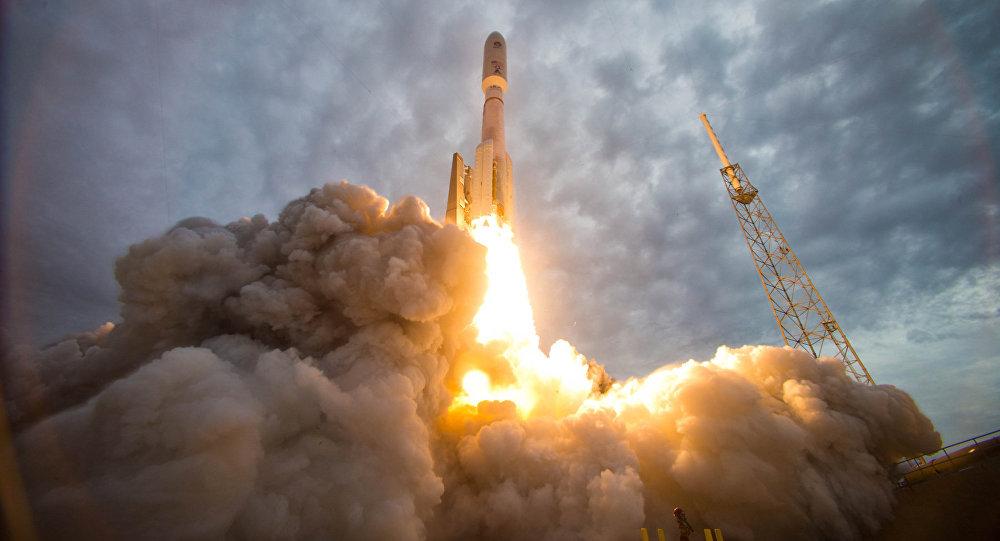 El lanzamiento de un cohete Atlas V que utiliza los motores rusos RD-180