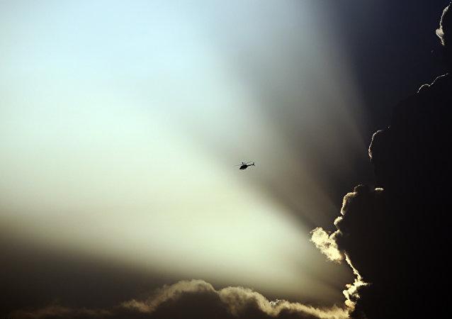 Un helicóptero de EEUU vuela durante los choques entre Talibán y las fuerzas de Afganistán en Kabul