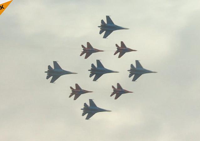 Increíbles acrobacias aéreas en el cielo moscovita