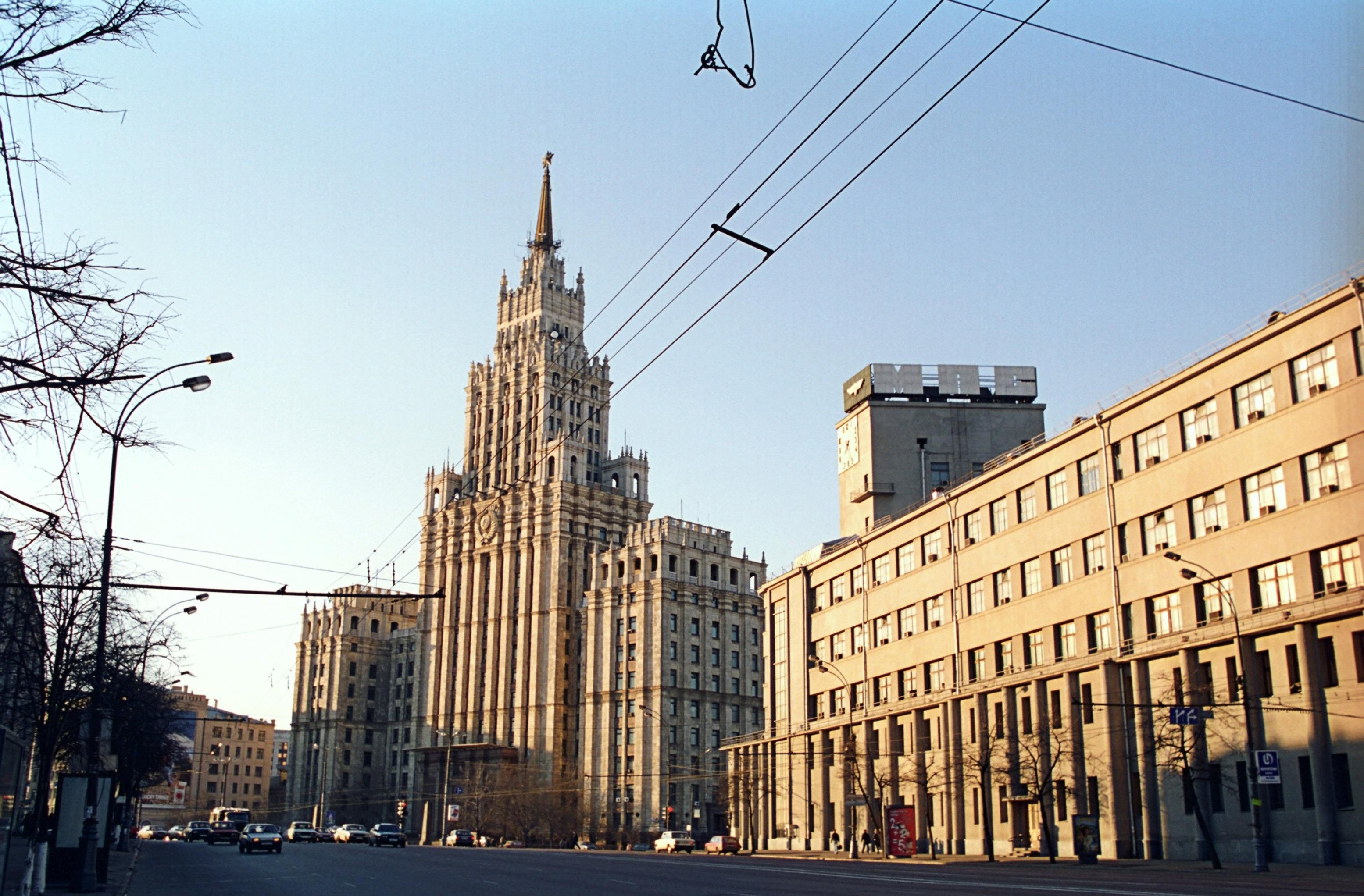 El edificio de la plaza de la Puerta Roja